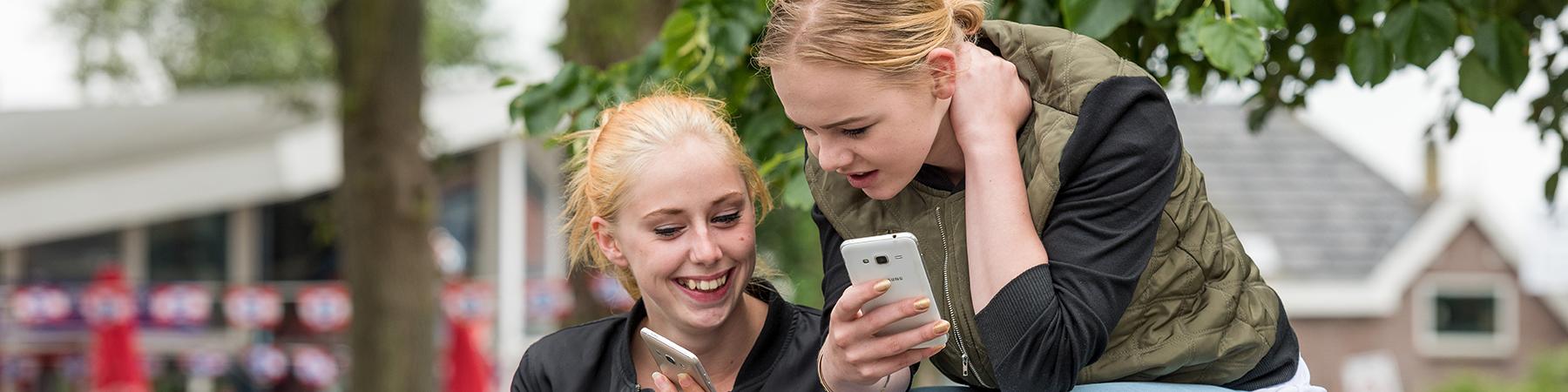 MEE sliderafbeelding - twee jonge vrouwen